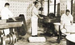 Karl Deuringer und Gesellen bei der Wurstproduktion
