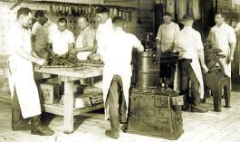 Gesellen bei der Wurstproduktion